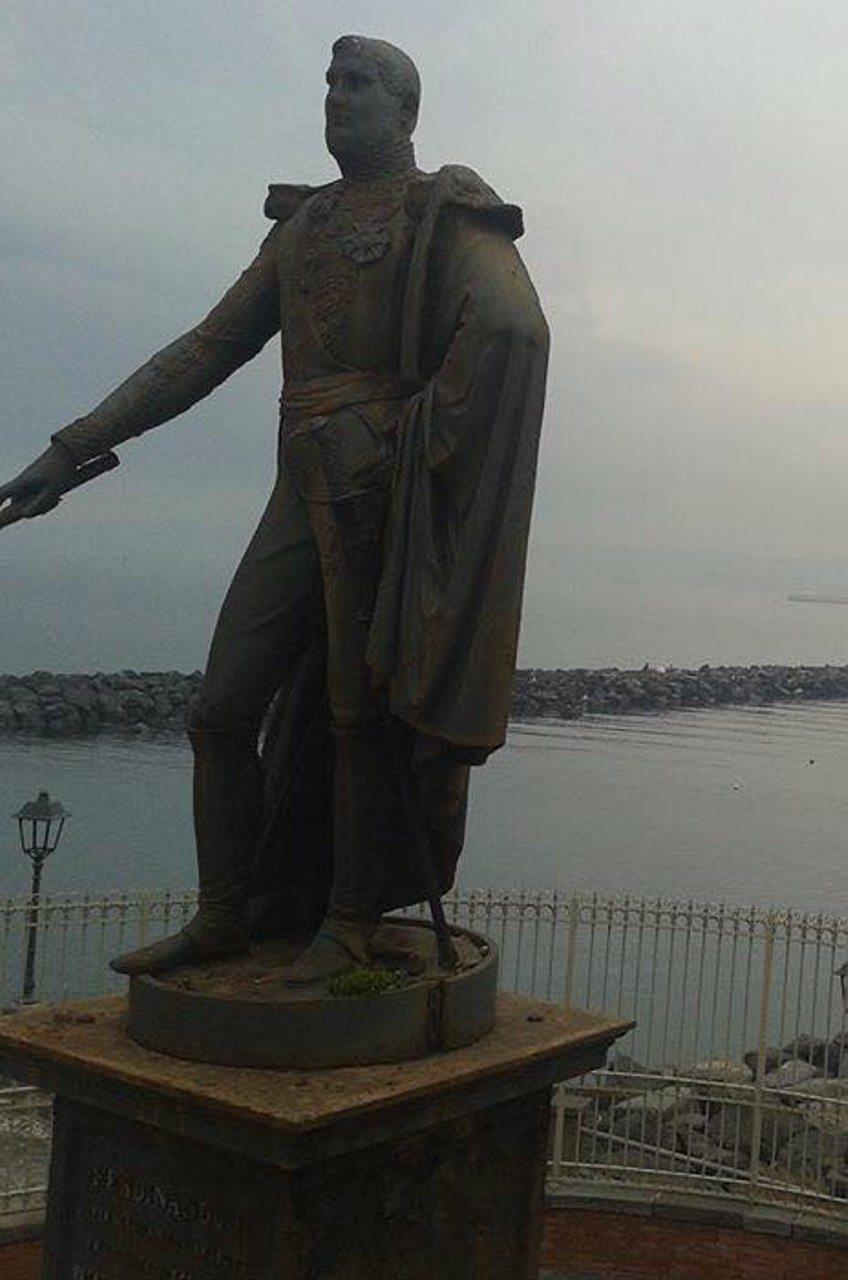 Pietrarsa Statua Ferdinando II#001